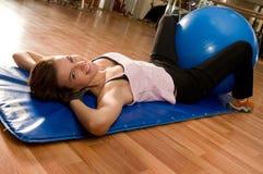 Bella donna che fa Pilates con la sfera Fotografia Stock Libera da Diritti