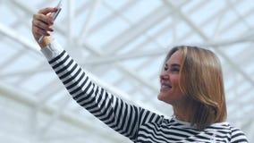 Bella donna che fa selfie nel centro commerciale video d archivio