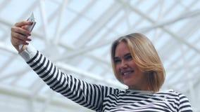 Bella donna che fa selfie nel centro commerciale archivi video