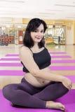 Bella donna che fa un allenamento nella gravidanza Fotografia Stock