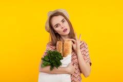 Bella donna che frena fuori dal pane Fotografia Stock Libera da Diritti