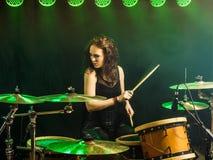 Bella donna che gioca i tamburi sul palco Fotografie Stock Libere da Diritti