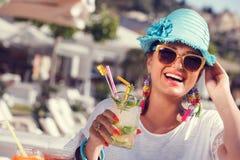 Bella donna che gode in cocktail di estate fotografia stock libera da diritti