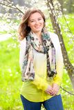 Bella donna che gode del campo della margherita, riposarsi femminile piacevole dentro fotografia stock