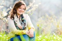 Bella donna che gode del campo della margherita, riposarsi femminile piacevole dentro immagine stock