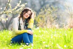 Bella donna che gode del campo della margherita, riposarsi femminile piacevole dentro immagini stock
