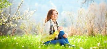 Bella donna che gode del campo della margherita, riposarsi femminile piacevole dentro fotografia stock libera da diritti
