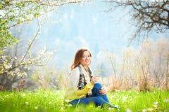 Bella donna che gode del campo della margherita, riposarsi femminile piacevole dentro fotografie stock