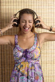 Bella donna che gode della musica immagine stock libera da diritti