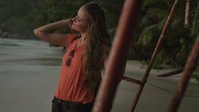 Bella donna che gode della pace, serenità in natura che cammina vicino all'oceano video d archivio