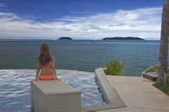 Bella donna che guarda fuori sopra l'oceano Fotografia Stock