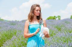 Bella donna che guarda lontano nel campo del lavander Fotografie Stock Libere da Diritti
