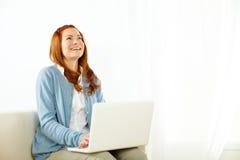 Bella donna che ha divertimento e che osserva in su Fotografie Stock