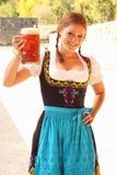 Bella donna che incoraggia con la birra Immagini Stock Libere da Diritti