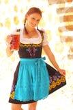 Bella donna che incoraggia con la birra Fotografia Stock