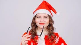 Bella donna che indossa i vestiti ed i vetri del Babbo Natale archivi video
