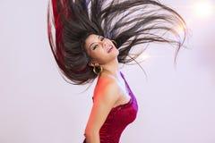 Bella donna che lancia i suoi capelli fotografie stock