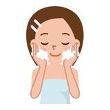Bella donna che lava il suo fronte Fotografia Stock