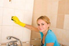 Bella donna che lava lle mattonelle immagini stock libere da diritti