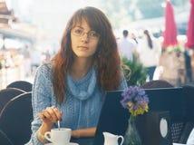 Bella donna che lavora all'aperto Fotografia Stock
