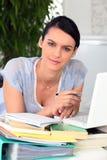 Bella donna che lavora davanti al computer portatile Fotografia Stock
