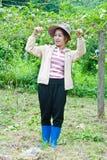 Bella donna che lavora nel giardino Immagini Stock Libere da Diritti
