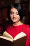Bella donna che legge un libro Fotografia Stock Libera da Diritti