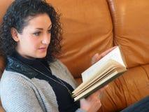 Bella donna che legge un libro immagini stock