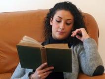 Bella donna che legge un libro fotografia stock