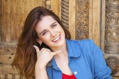 Bella donna che lo rende ad una chiamata gesto Fotografia Stock