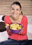 Bella donna che mangia alimenti industriali immagini stock