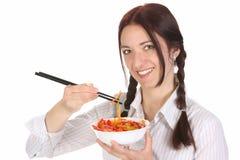 Bella donna che mangia con le bacchette Fotografie Stock Libere da Diritti