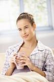 Bella donna che mangia il tè di mattina Fotografia Stock