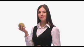 Bella donna che mangia la frutta della pera su fondo bianco stock footage