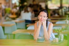 Bella donna che mangia prima colazione al caffè all'aperto Caffè bevente della giovane donna urbana felice Immagine Stock Libera da Diritti