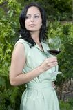 Bella donna che mangia un vetro di vino rosso fotografie stock