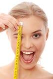 Bella donna che misura il suo corpo Immagini Stock Libere da Diritti