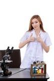 Bella donna che mostra a segno scienza giusta del laboratorio Immagine Stock