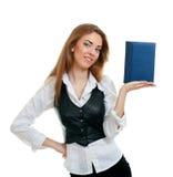 Bella donna che mostra un libro Immagine Stock