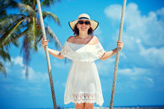 Bella donna che oscilla su una spiaggia tropicale, isola di Koh Phangan thailand fotografie stock