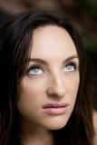 Bella donna che osserva in su Fotografia Stock Libera da Diritti