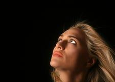 Bella donna che osserva via Fotografie Stock