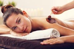 Bella donna che ottiene massaggio del cioccolato in stazione termale Fotografie Stock Libere da Diritti