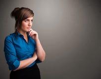 Bella donna che pensa con lo spazio vuoto della copia fotografia stock libera da diritti
