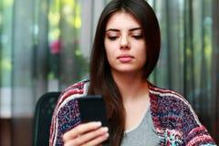 Bella donna che per mezzo dello smartphone Immagini Stock Libere da Diritti
