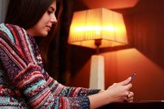 Bella donna che per mezzo dello smartphone Fotografia Stock