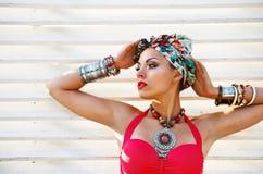 Bella donna che porta turbante colorato Immagini Stock