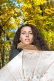 Bella donna che posa con un ombrello Fotografie Stock Libere da Diritti