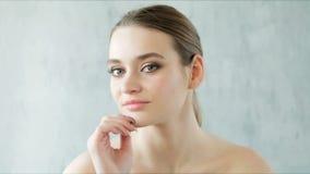 Bella donna che posa e che tocca la sue pelle sana e spalle nude Concetto di Skincare video d archivio
