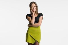 Bella donna che posa su un fondo leggero Fotografia Stock